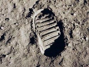 090710-moon-footprint-02