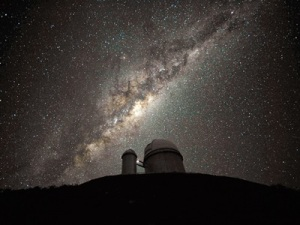 Il-centro-e-il-rigonfiamento-galattico-al-di-sopra-del-telescopio-da-36-metri-dellESO